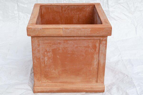 Quadratischer terracotta Pflanzkübel